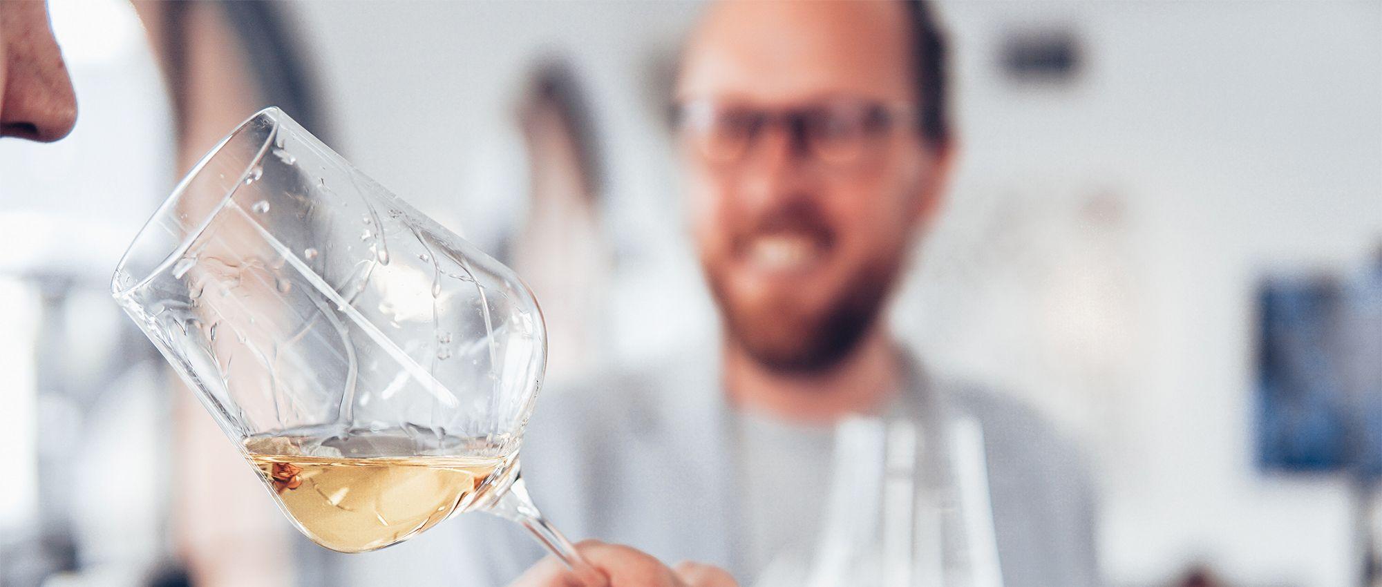 Por qué hay que oler el vino
