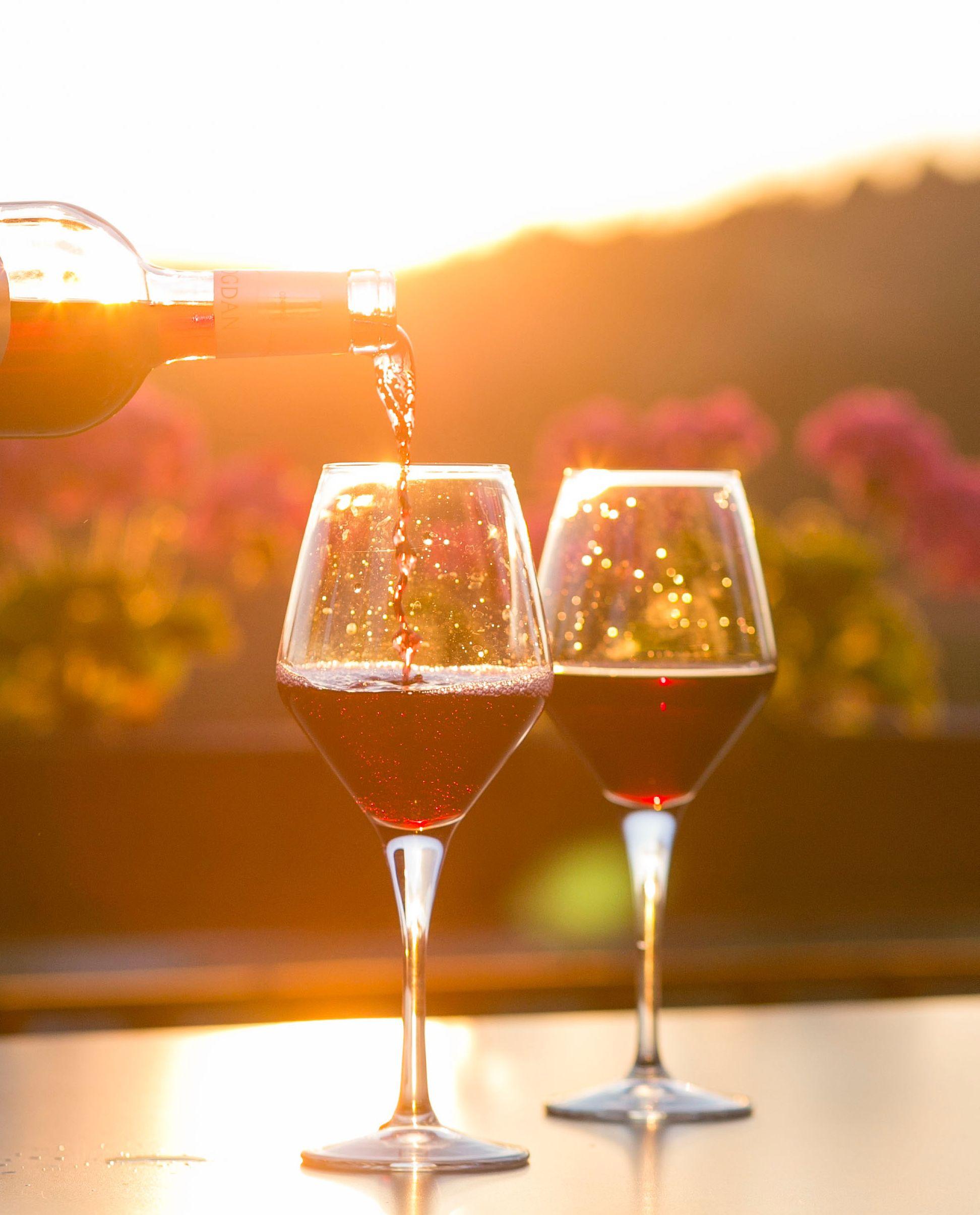servir copas de vino