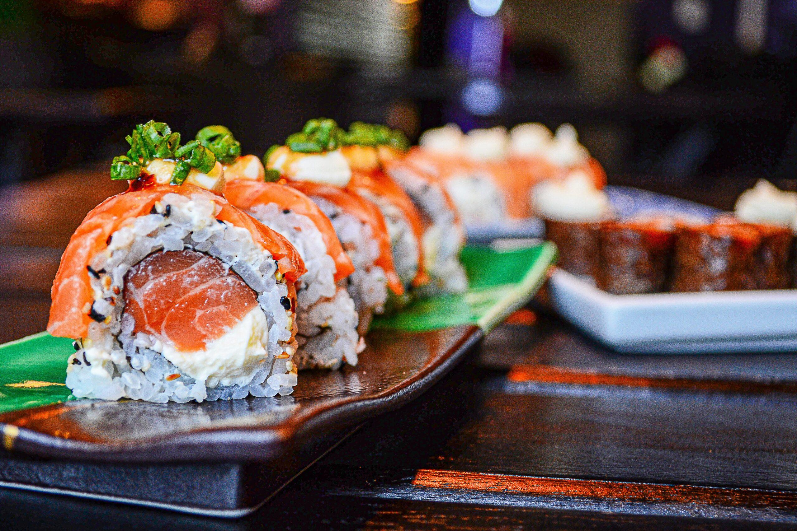 Maridar sushi con vino rosado